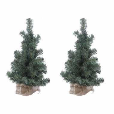 4x stuks kerstboom met jute zak om voet 60 cm